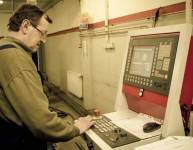 Operater CNC stroja za krivljenje cevi